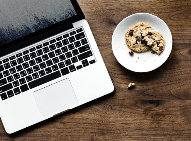 computer-cookies-desk-933154@2x-min